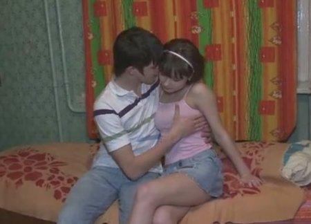 Одноклассники познают взрослую жизнь занимаясь домашним сексом