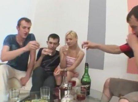 Споили молодую подругу и трахнули на троих пьяную пизду девушки