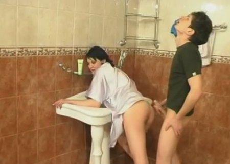 Дрочер брат подглядел как сестра подмывалась в ванной и попался ей