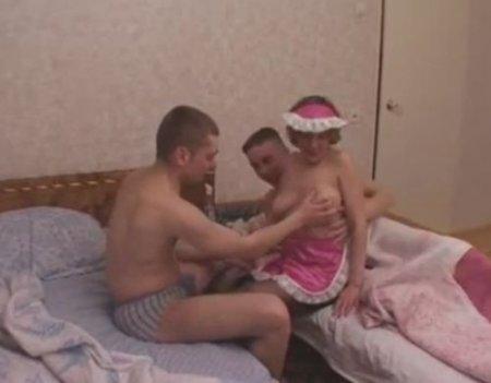 Два молодых постояльца развели на секс старую женщину-гувернантку