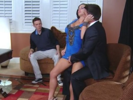 Босс нагло трахает молодую жену сотрудника на глазах у мужа