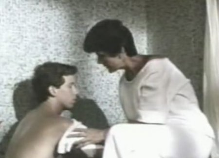 Сцена инцеста сына с мамой в ванной из старого ретро фильма
