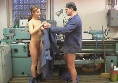 Токарь лижет пизду молодой уборщице и ебёт её на рабочем месте