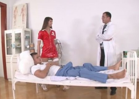Врач с пациентом ебут в два члена на койке молодую медсестру