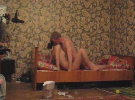 Частные русские поебушки молодой пары в домашнем беспорядке