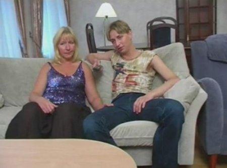 Мама смотрит телевизор и разрешает сыну трахать её на диване