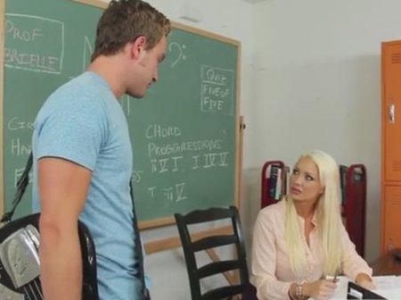 Студент отпросился с уроков и трахнул сисястую училку по музыке