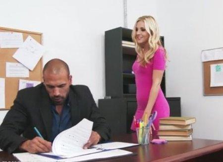 Личная помощница-секретарша помогла боссу расслабиться на работе