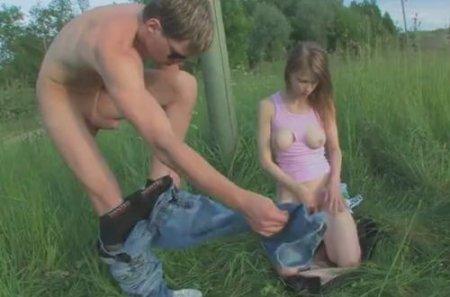 Молодые любители природы трахаются на зелёной лужайке посреди поля