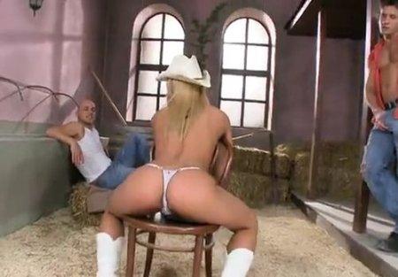 Ковбойша дразнит голым телом двух парней ради ебли в конюшне