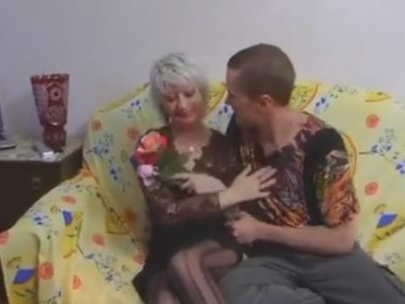 Сын подарил любимой маме в чулках цветы и секс на день рождения