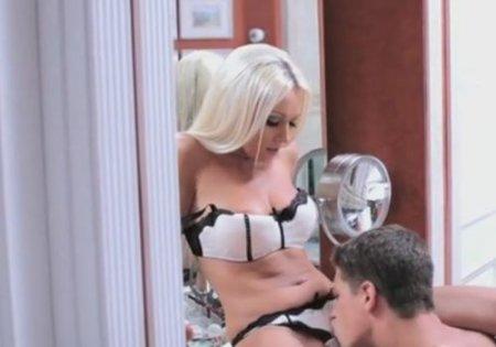 Великолепный трах с ухоженной белокурой блондинкой в нижнем белье