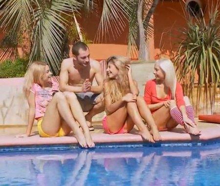 Красивый анал на отдыхе с тремя блондинистыми русскими амазонками