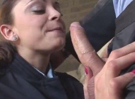 Грудастая полисменша сосёт и подставляет жопу начальнику полиции