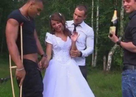 Русская шлюха Азарова после свадьбы пошла по рукам на природе