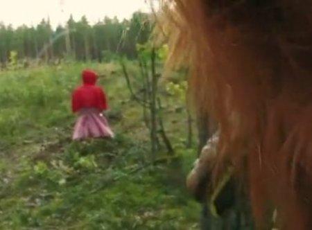 Парень в маске волка выследил и отымел в лесу красную шапочку