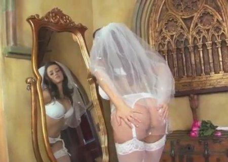 Голая невеста перед зеркалом довела себя до оргазма пальчиком