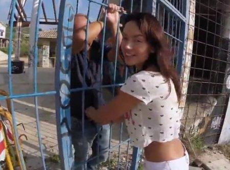 Испанка через решетку в заборе отсосала и дала в жопу незнакомцу