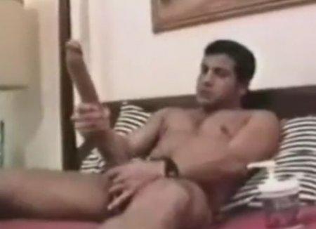 Мужчина фрик с самым большим размером члена дрочит на себя