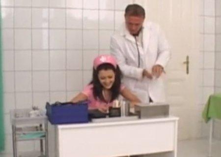 Молодая медсестра минетчица на работе отсосала член главврачу
