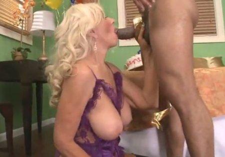 60 летняя старая баба на юбилее пробует первый раз в жопу с негром