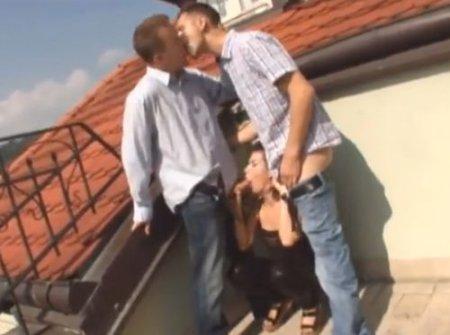 Бисекс втроём на крыше дома девушки с двумя анальными гей парнями