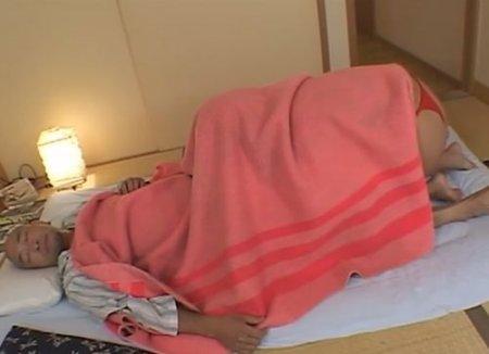 Дочь японка ночью залезла под одеяло папы и переспала с отцом