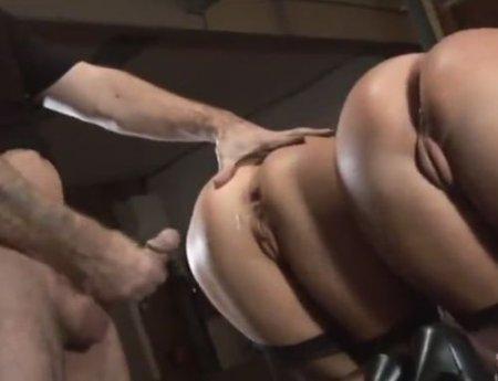 Групповой анальный бдсм секс-раба с двумя жопастыми госпожами