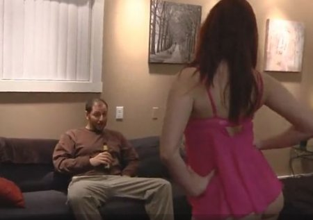 Рыжая дочь в розовом неглиже встретила папочку из командировки