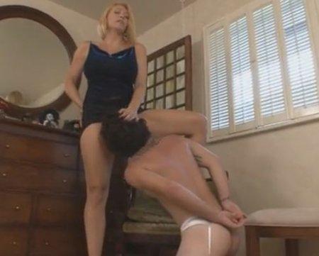 Мама заставила сына лизать пизду в наказание за дрочку на её фото