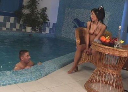 Красиво трахнул голую девушку азиатской внешности у бассейна
