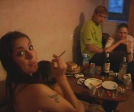 Типичная русская домашка с тусовкой и сексом студентов на хате