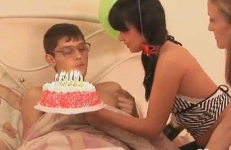 Дрочер получил групповой секс в подарок на День Рождения от подруг