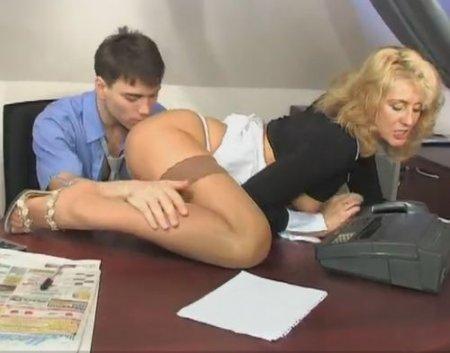 Зрелая секретарша как подстилка легла под молодого начальника