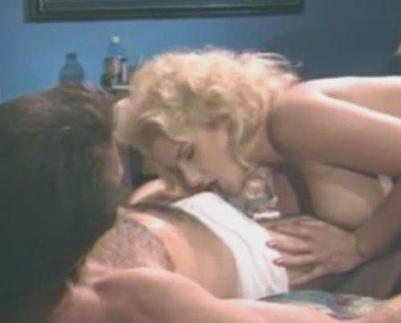 Кудрявая блондинка в чулках из ретропорно переспала с другом мужа