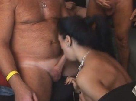 Развратный секс с буккаке в ганг банг клубе немецких холостяков