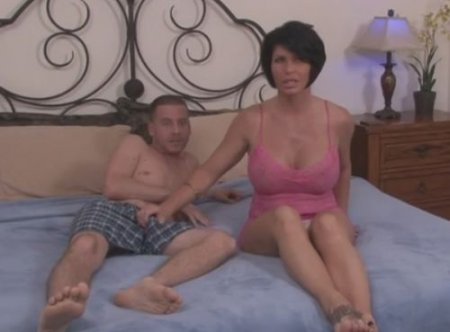 Взрослая сисястая тетка возбудилась смотря крутое порно племянника