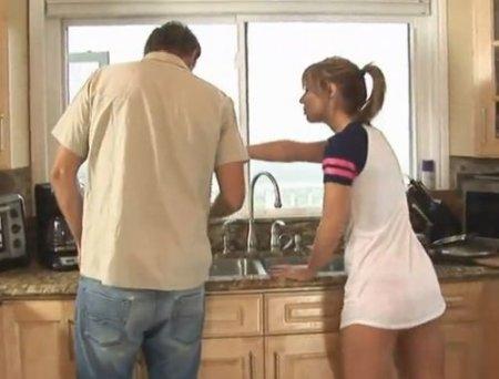 Пришел отремонтировать кран и трахнул знакомую молодую домохозяйку