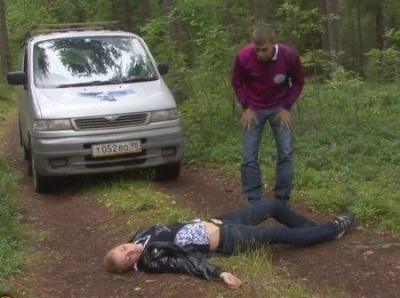 Парню повезло найти девушку без сознания и трахнуть в лесу