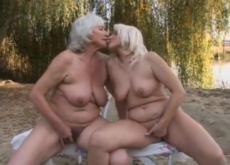 Старые женщины на природе вызывают женский оргазм лесби-сексом