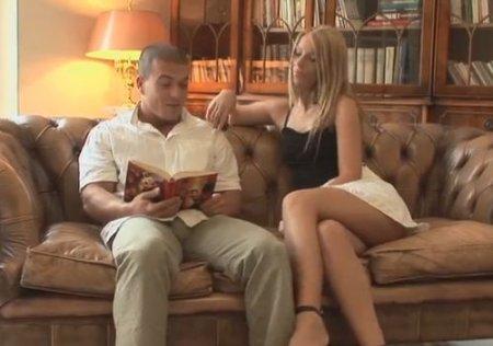 Студентка-красотка захотела секса на кожаном диване в библиотеке