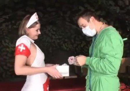 Медсестра в военно-полевом госпитале помогла хирургу расслабиться