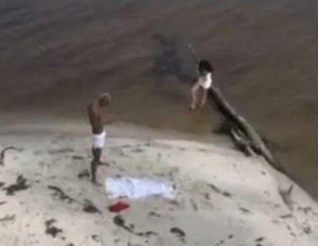 Вуайерист скрытой камерой на диком пляже случайно снял секс молодых