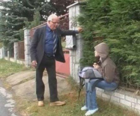Старик приютил у себя и трахнул бездомную промокшую девушку