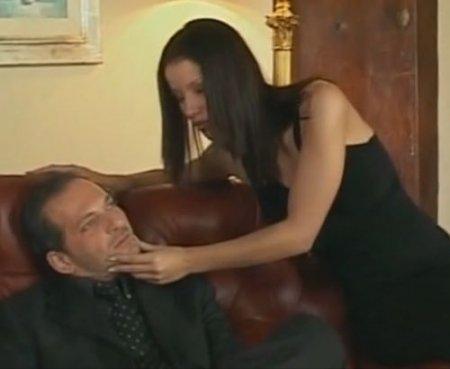 Сцена анала из порно фильма с актрисой Энджел Дарк в черном платье