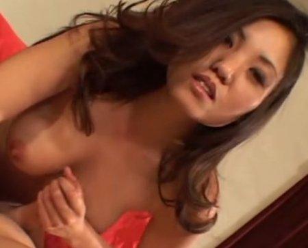 Милая азиатка вручную стимулирует и дрочит член до спермы на губах
