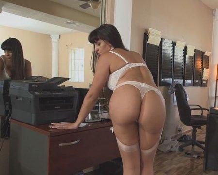 Босс взял да и кончил внутрь киски жопастой секретарской шлюхи