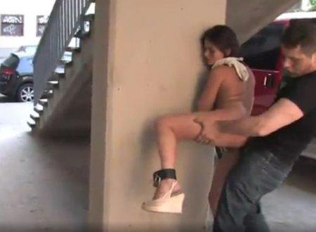 Унизительное наказание сексом голой девушки в общественных местах