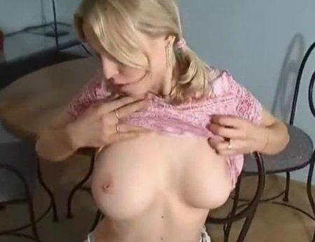 Девушку с натуральной грудью крупным планом ебут раком на камеру