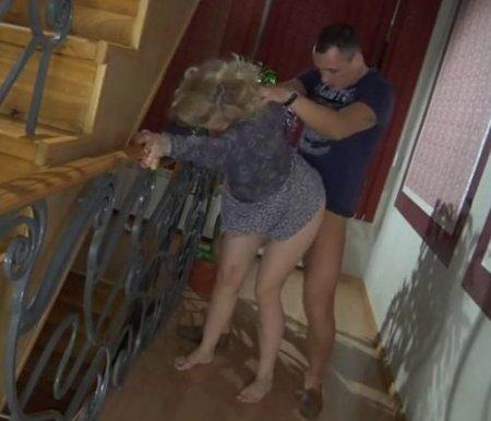 Мужчина не дает прохода бывшей жене-соседке и нагло ебёт в коридоре